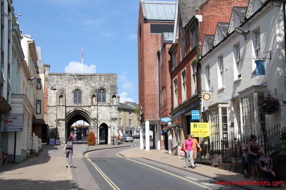 Sehenswürdigkeiten und Reisetipps Winchester, England: High Street in Richtung Westgate