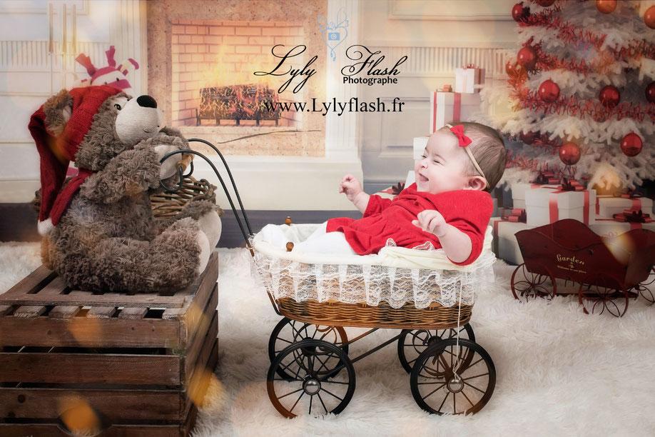 photo de bébé dans une poussette avec un doudou qui rigole, le bonheur de la joie pour Noël par lyly flash photographe 83 Toulon