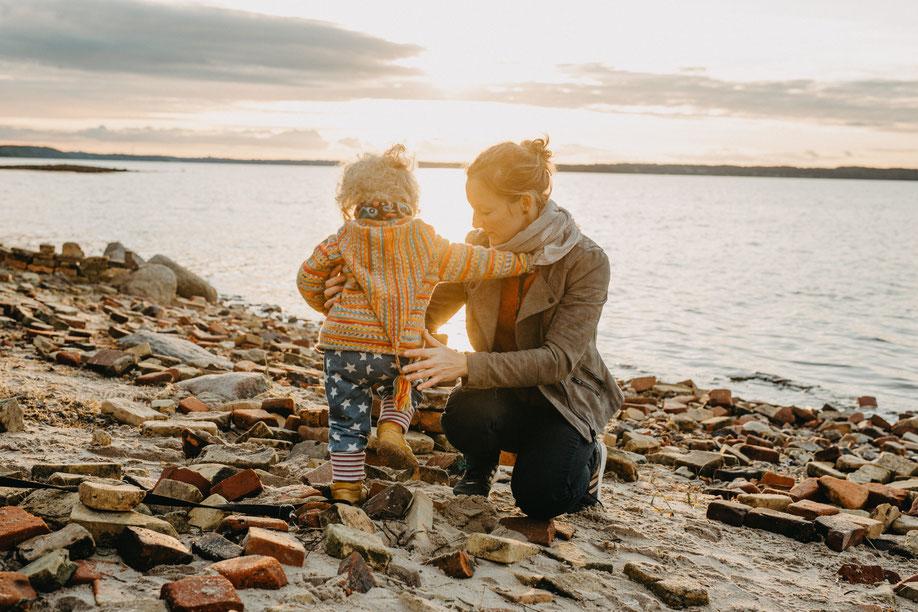 Homestory, Newborn Shoot fotografiert von Anna-Sophie Rönsch by SamtweissundBling. Ich fotografiere Hochzeiten, Familien und Paare in Schleswig-Holstein. Mein Studio ist in Flensburg. Meine Fotos sind Erinnerungen in schwarzweiss und Farbe mit Emotionen