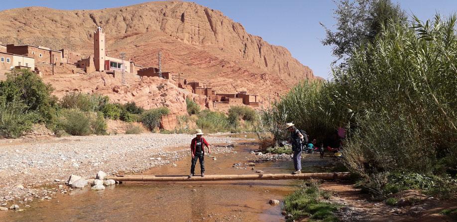 traversée de loued (fleuve), au loin à droite les femmes lavent le linge, les enfants eux s'amusent.
