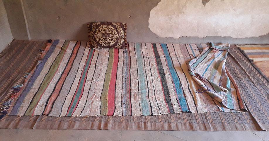 Morceaux du temps, combien de chibanis (vieux) et d'enfants ceux sont assis sur ces couvertures.Grande Kasbah.