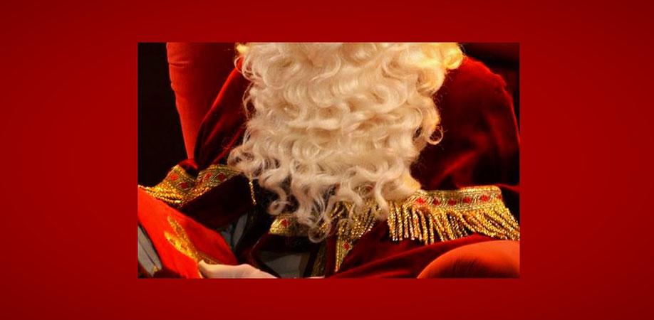 Ein als Nikolaus verkleideter Mann (mit weißem Bart und Umhang) sitzt in einem roten Sessel. (Quelle: pixabay)
