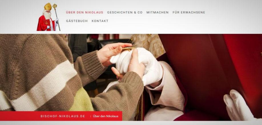 Ein kleiner Junge gibt dem Nikolaus, der weiße Handschuhe trägt, die Hand und berührt seinen Bischofsring.