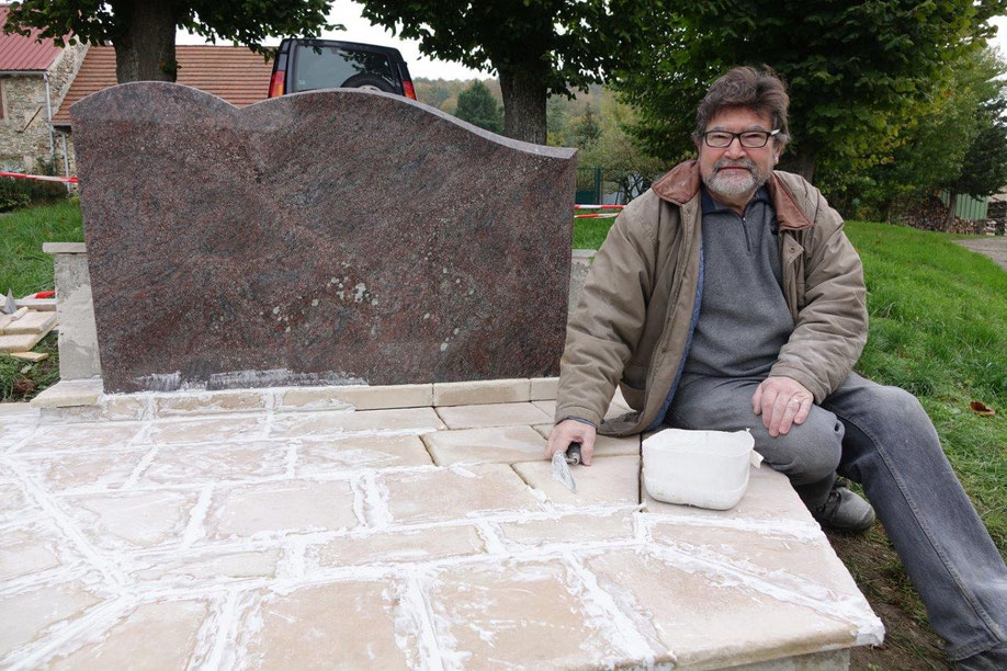 Didier Simon termine les derniers aménagements du futur monument aux morts de Monthurel, avec l'aide de l'employé communal.