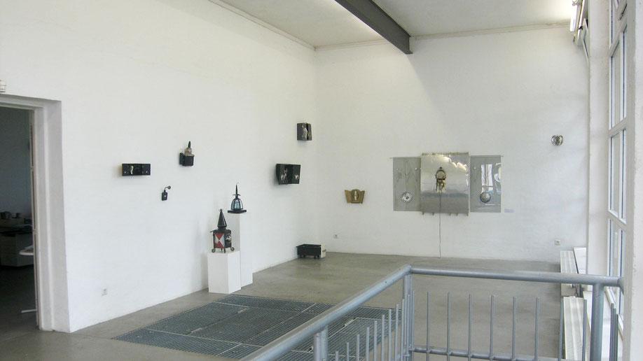Schreine und Altar bei der Ausstellung im Kunstverein Rhein-Sieg, Siegburg