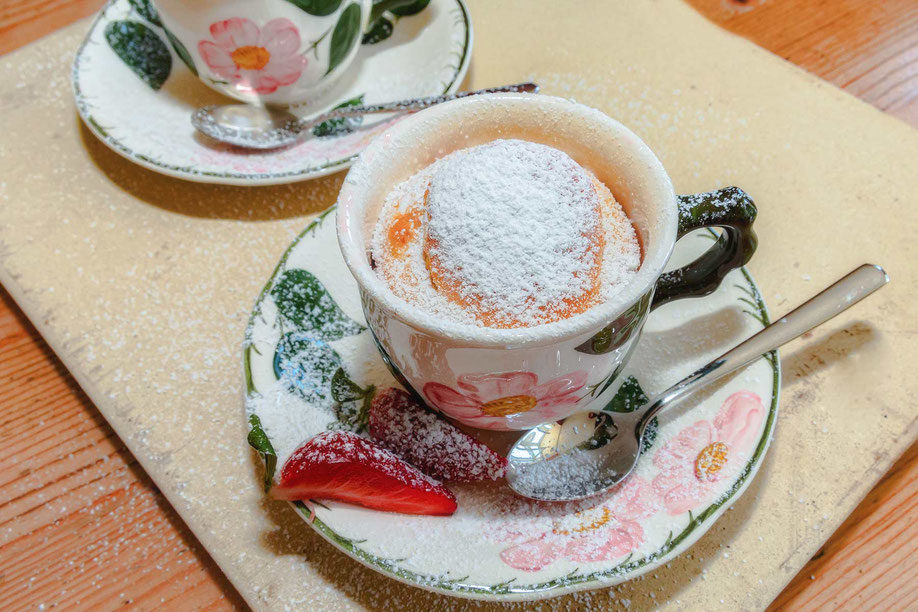 Suesser Tassenkuchen mit Puderzucker bestreut-Rezept downloaden bei www.mjpics.de ♦ © Jutta M. Jenning