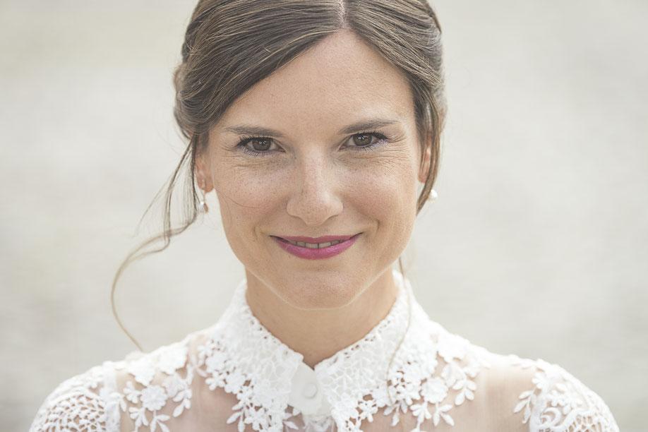 Hochzeitsfotograf Hamburg - Braut in kurzem Brautkleid mit Spitzen und Hochzeitsmakeup