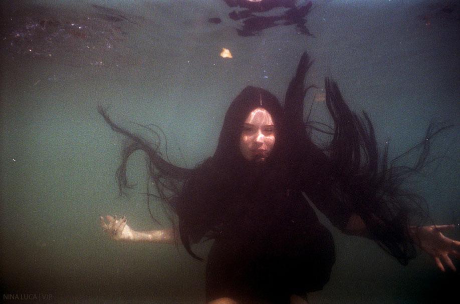 image: nina luca, dark fashion, dark fashion blog, nu goth, nikonos, nikonos v, analogue photography, analog photography, analog underwater photography, analogue underwater photography, swiss blogger, swiss fashion blogger, vjp.ch, VJP photography, vjp
