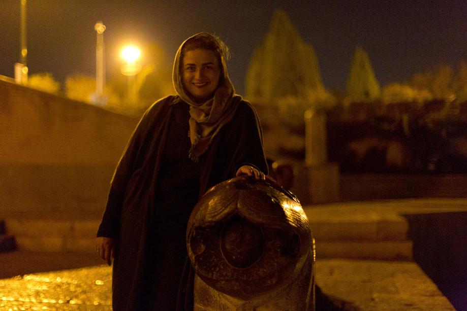 Portrait neben Löwen, Isfahan, Iran