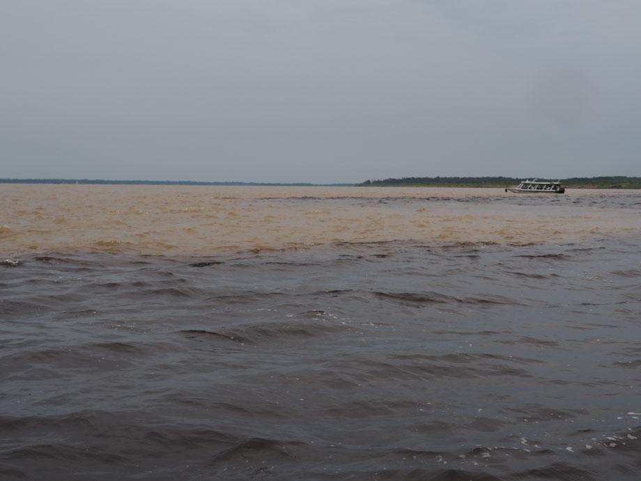 Zusammenfluss von Rio Negro und Rio Solimões bei Manaus in Brasilien