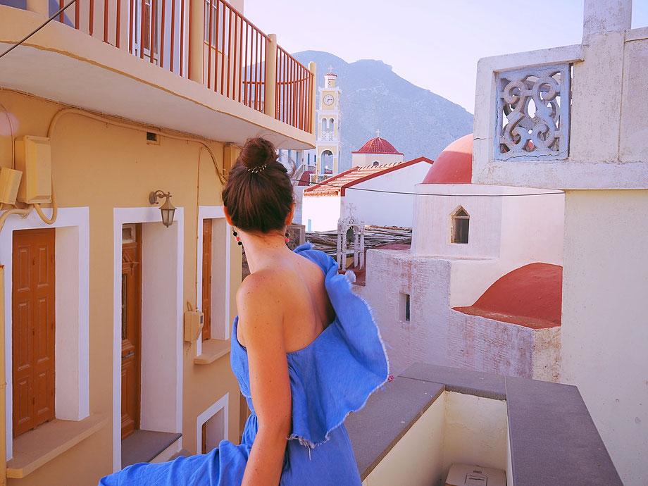Die blauen Kuppeln kann doch niemand mehr sehen: In Karpathos ist Rot die Hauptfarbe der Kirchendächer