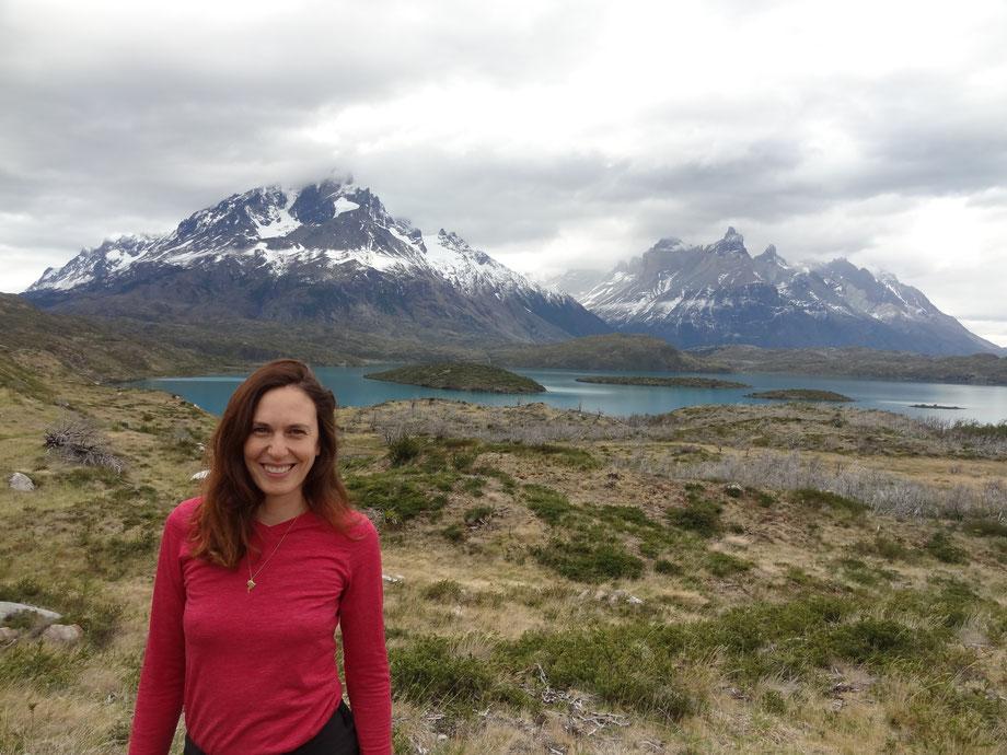 Hier bin ich am Tag 1 in Torres del Paine am Lago Pehoe, im Hintergrund die Cuernos del Paine