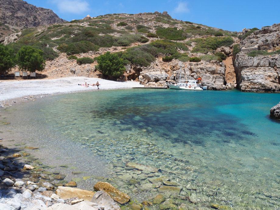 An diesen einsamen Strand auf der Insel Saria kommst du am besten mit dem Boot