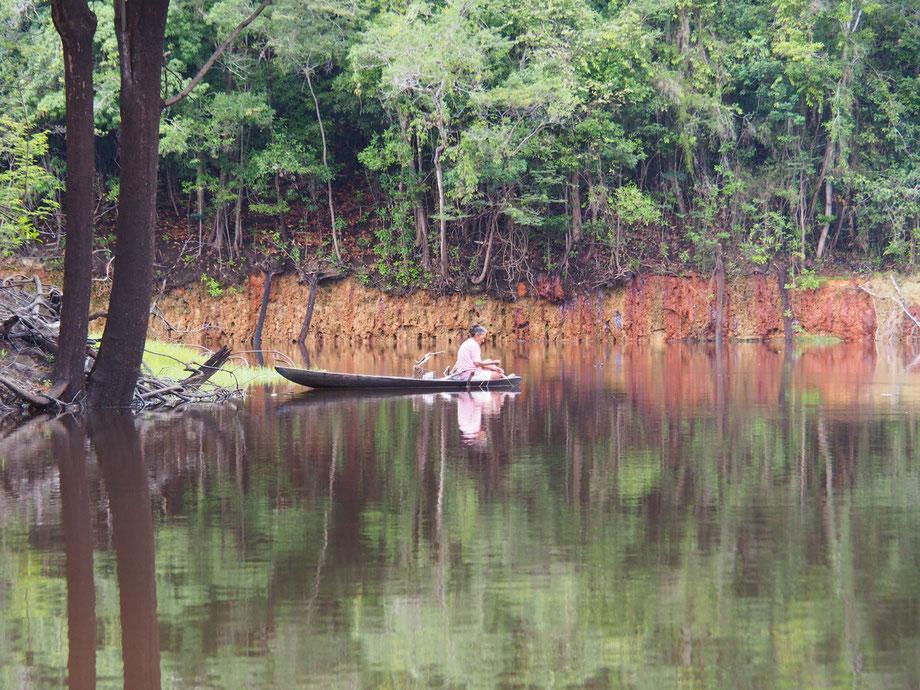 Amazonas: Fischerin auf dem Tupana River in Brasilien