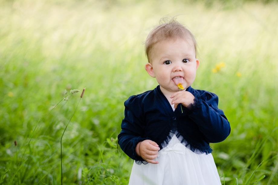 Kinder-Fotos: Schmeckt die Blume?