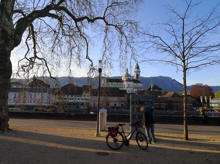 Blick über die Aare auf die Solothurner Altstadt vor dem Jura