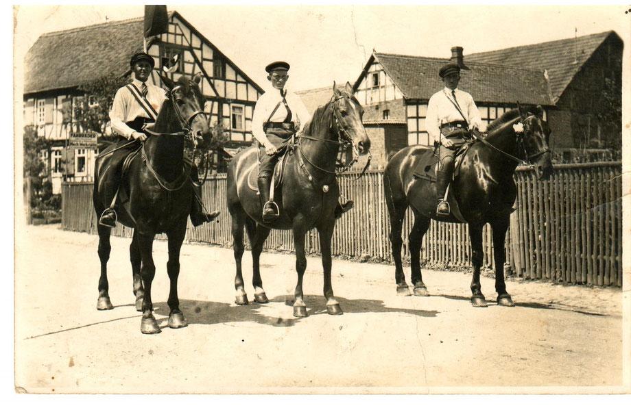 """Eines der ältesten Fotos des Hofes. Im Vordergrund drei """"Herolde"""" eines Festes in den 1920er Jahren"""