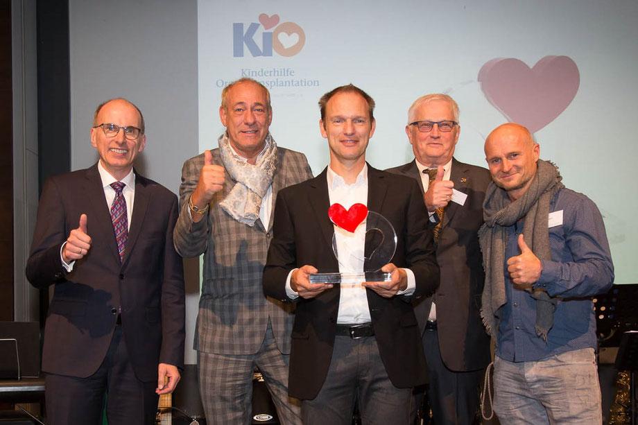 Foto, v.l.n.r.: Dr. Axel Rahmel (DSO), Peter Fischer (Eintracht Frankfurt), Jens Terjung, Reinhard Gödel (KiO), Thomas Zampach (Eintracht Frankfurt)