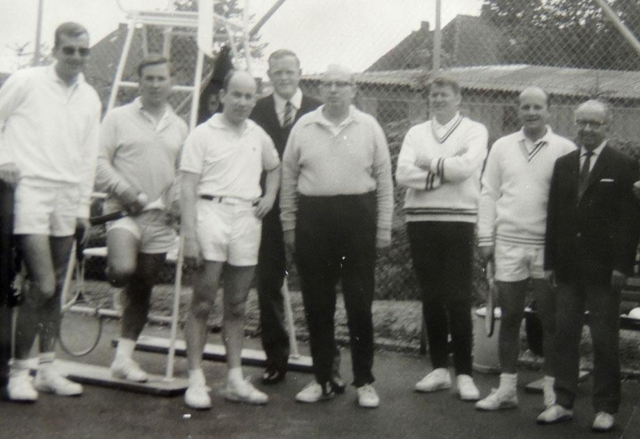 Der ersten Herrenmannschaft im Jahre 1968 gehörten neben Dr.Karsten Nühs (li) und Helmut Doose (5.v.li) auch die  Gründungsmitglieder Helmut Kwiatkowski,  Ingo Grünewald, Klaus Petersen, Knud Voss und Erwin Brümmer an.