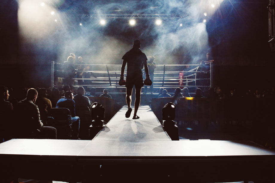Ein Boxer geht auf den Boxring zu.