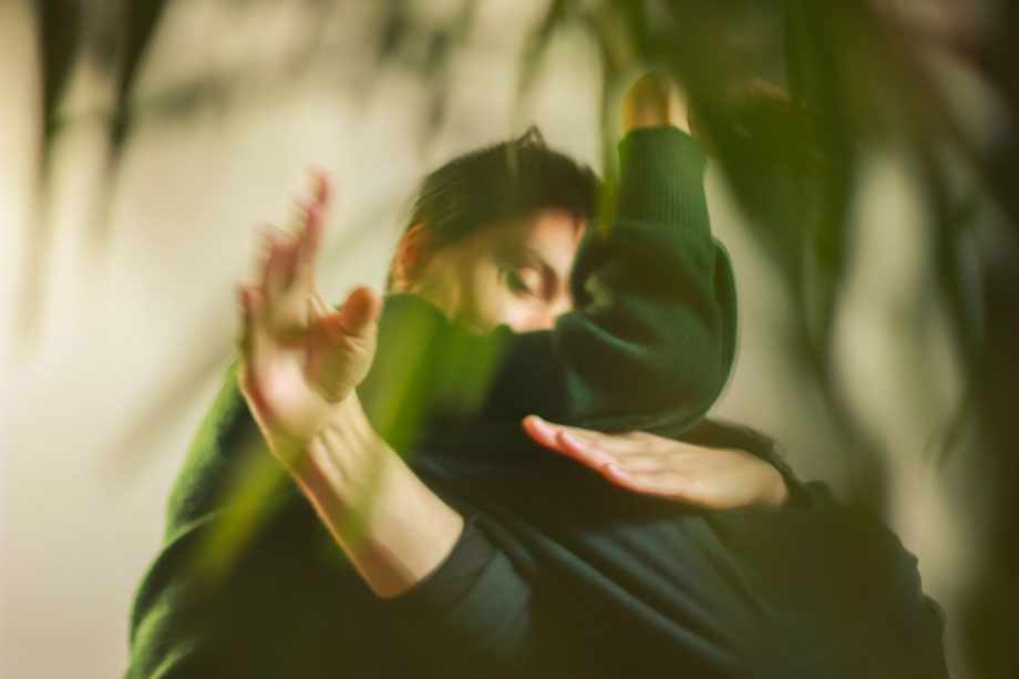 Ein Kung-Fu-Meister nimmt einen Gegner von hinten in den Würgegriff.