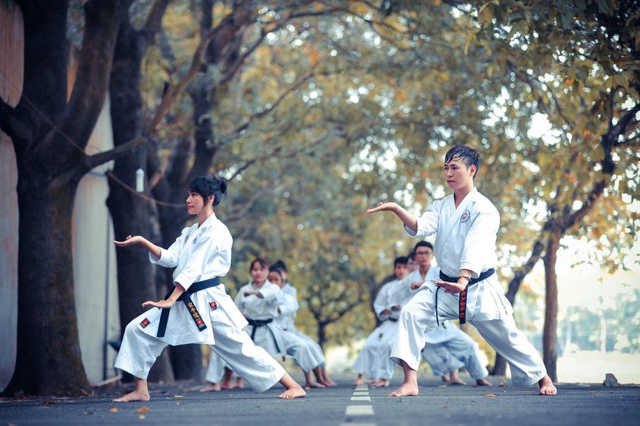 Karatekämpfer trainieren die Kata Empi.