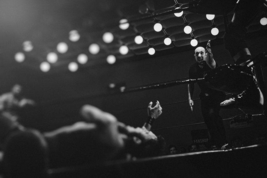 Ein Boxer liegt im Boxring am Boden und wird vom Ringrichter angezählt.