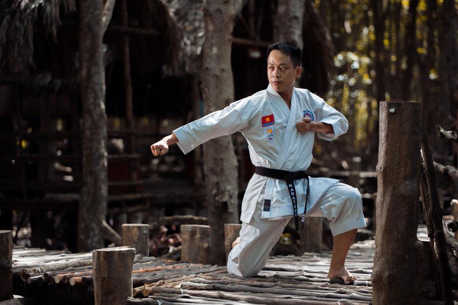 Karatemeister übt die Kata Empi.