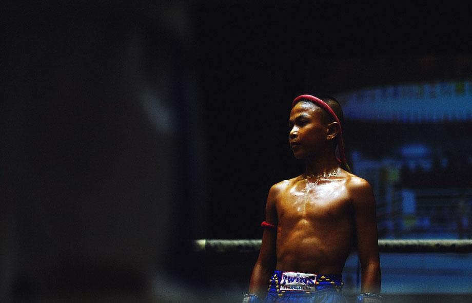 Ein junger thailändischer Junge als Muay Thai-Kämpfer