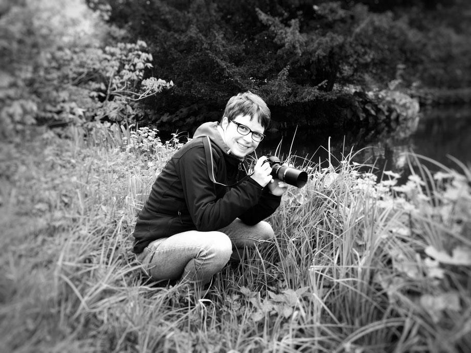 Fotografin mit Kamera in der Hand