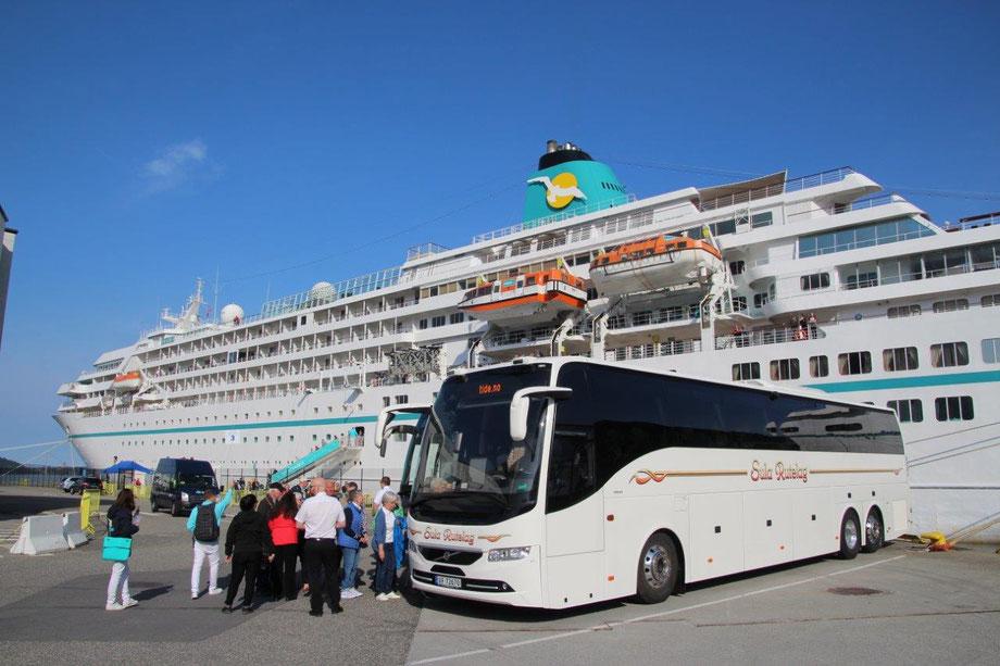 MS Amadea von Phhoenix Reisen liegt direkt im Stadthafen von Bergen in Norwegen...