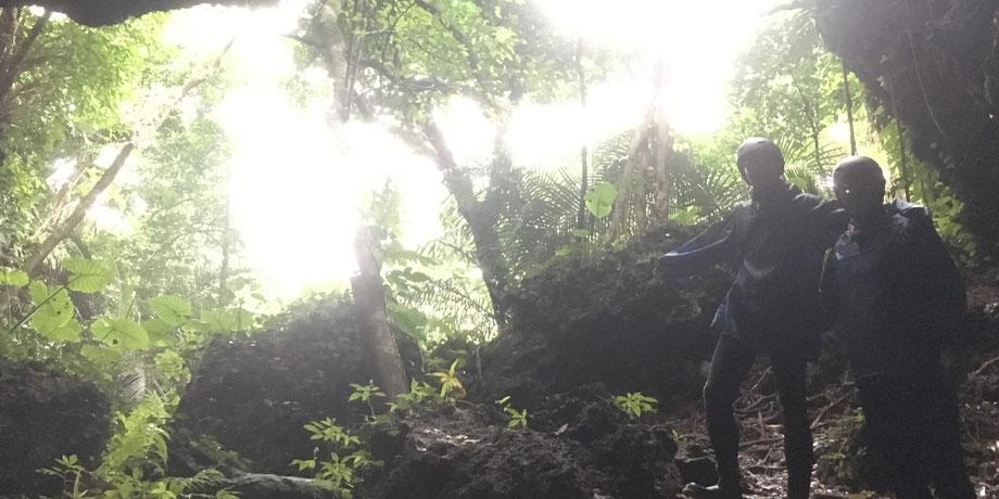 西表島・ガイドにおまかせツアー【鍾乳洞+沢・滝遊び&マングローブカヌー】
