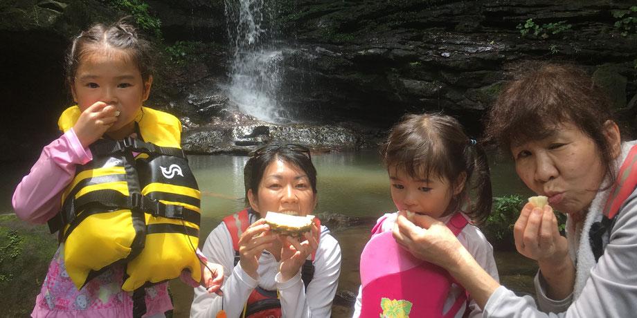 西表島・ガイドにおまかせツアー【マングローブカヌー&滝遊びforファミリー】