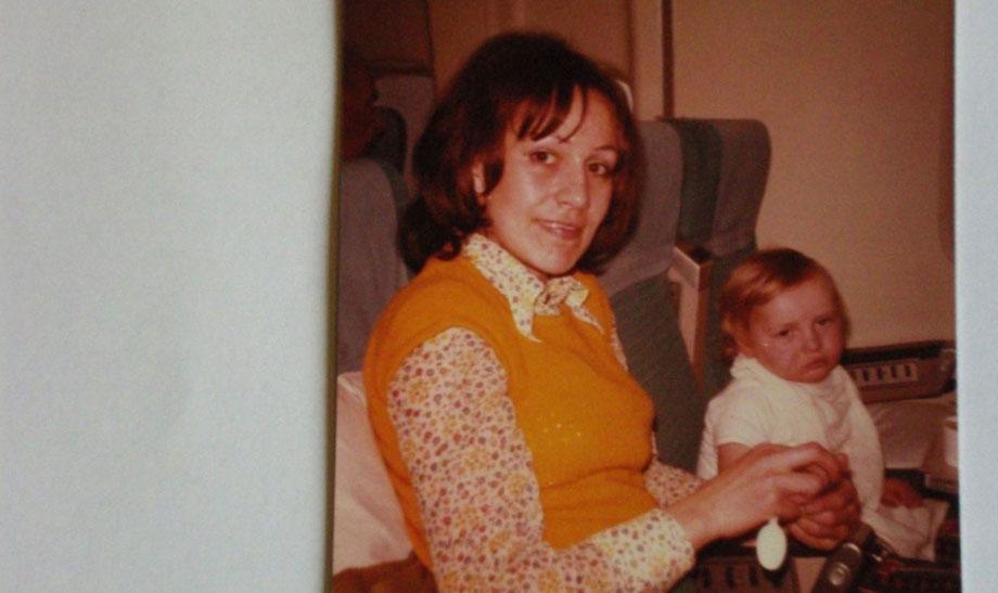 Else Meixner mit ihrem Sohn – auf dem Flug zur OP in die USA, 1973