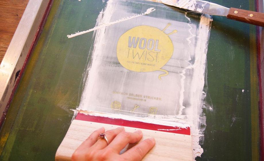 100% handmade & recyclebar- Wooltwist Strickset-Tüten von Hand bedruckt.