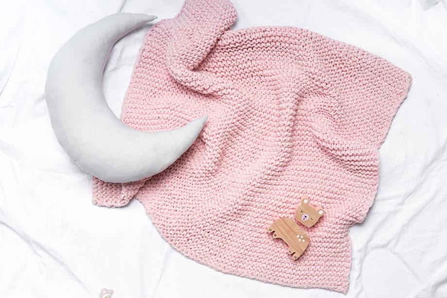 Babydecke stricken für Anfänger mit dem modernen Stricksets von Wooltwist