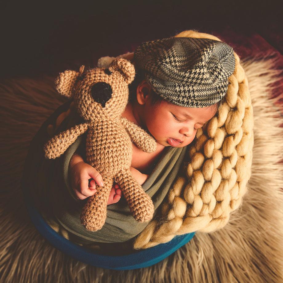 newborn met teddybeer