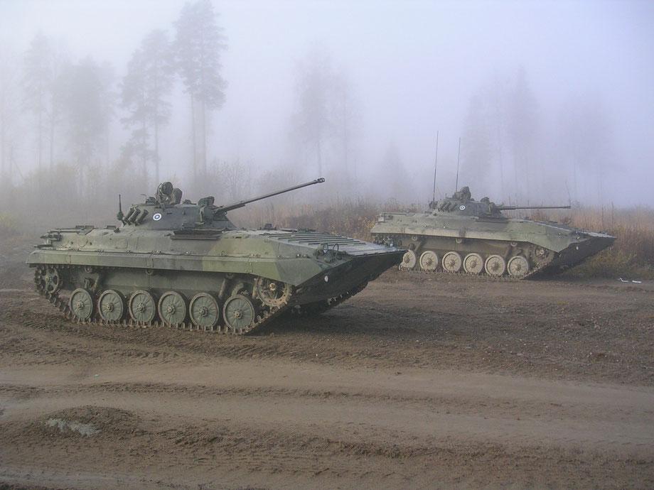 Le BMP-2 reprend la caisse du BMP-1 mais troque son 73 mm avec un canon de 30 mm automatique