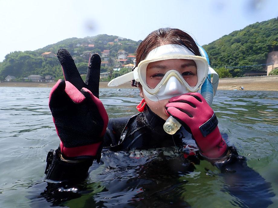 6,次にシュノーケルの使い方をまだ足が着くところで学びます。泳いでいるときに足の方を見ようとしてしまうと、筒先が水に浸かってしまいシュノーケルが浸水してしまいます。シュノーケリングはある程度前方を見ながら泳ぐようにすると、筒先が水に浸かることがありません。もし筒先に水が入ってきた場合に備えて、シュノーケルクリアのブラスト法と呼ばれる基本のやり方を学んでからスタートです。