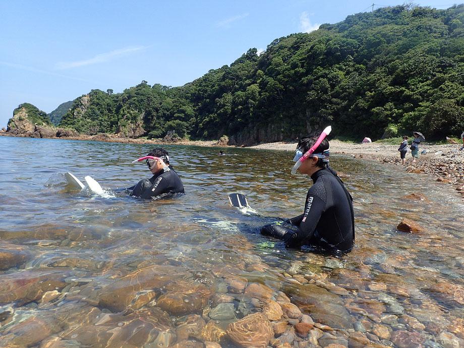 9,さあフル装備でのシュノーケリングです。何か調整する必要があればいつでも戻れるように、まずは無理なく近場のあたりで練習時間です。安全のため必ず二人一組で泳ぐようにしましょう。