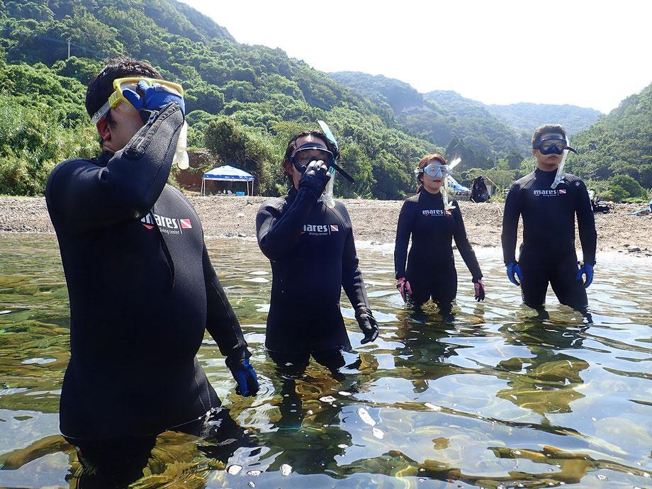 水がマスクに入ってきたときの対処法「マスククリア」を覚えてもらいます。これができれば海の中でマスクの中の水を外に追い出すことが可能です。