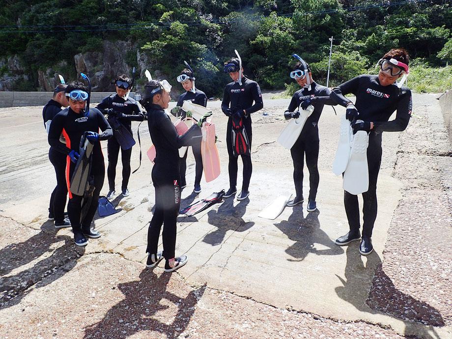 8,いよいよフィン(足ヒレ)の使い方を覚えます。これがあればさっきのフィン無しバタ足や平泳ぎに比べて、5~10倍ぐらい速く泳ぐことが出来ます。フィンの正しい履き方と脱ぎ方、フィンを履いた後の正しい泳ぎ方、歩き方、帰ってきた時の着地の方法などをスタッフが一緒に説明します。