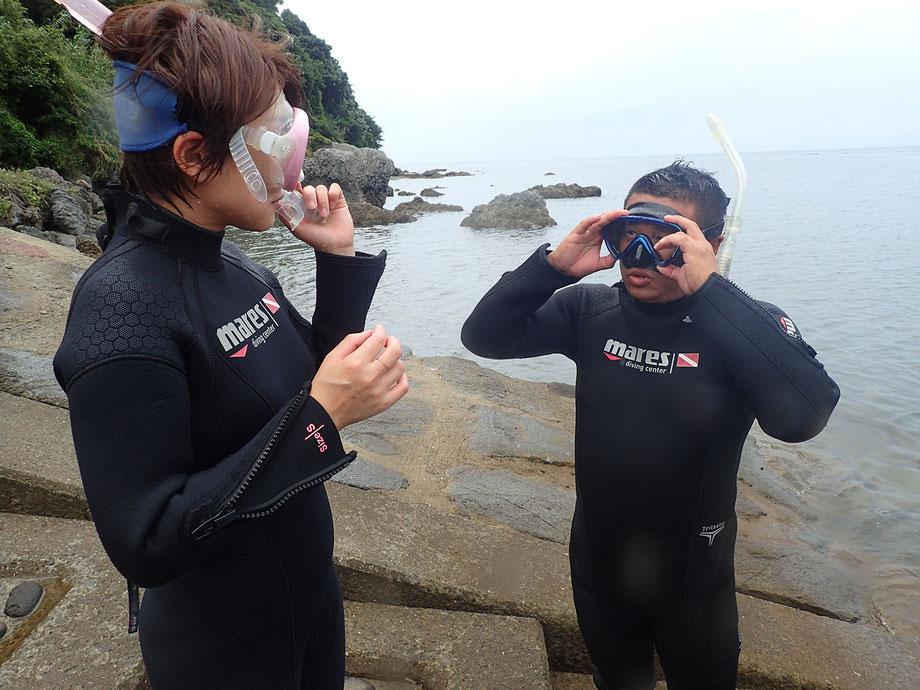 4,次にマスク(水中眼鏡)の準備を行います。ストラップの長さは、頭の大きさや形に個人差があるので最初に調整が必要です。マスクが顔の適切な位置に来るようにアドバイスします。マスクの曇り止めも合わせて行います。