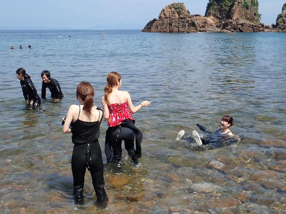 3,一度海の中に入ってみましょう。ウェットスーツの浮力が実感できて気持ちいい~!!です。暑くない時期はウェットスーツを首まで全部着てから海に入ります。真夏の暑い時期は海の中でスーツを着るようにすると涼しいです。