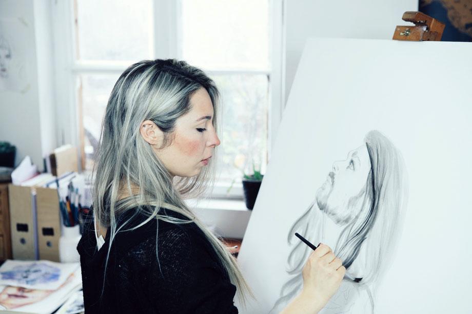 Künstlerin malt realistisch mit Acryl und Aquarell ein Porträt auf Leinwand in Garmisch Partenkirchen  © Ayla Phoenix Art