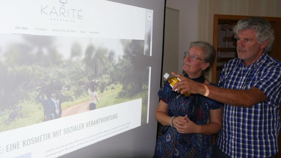 """Auf dem Foto erklärt Konrad A. Lahrmann von der IBK GmbH in Wildeshausen Regina Barg sein Projekt """"Karité Naturelle"""""""