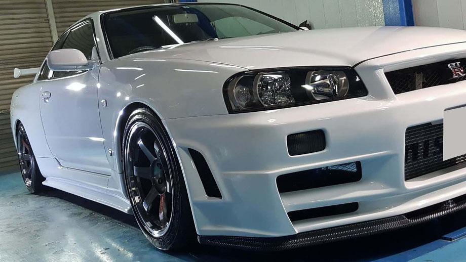 BNR34のガラスコーティング完成 白いGT‐Rの研磨 新車の艶 塗装の映り込みが綺麗