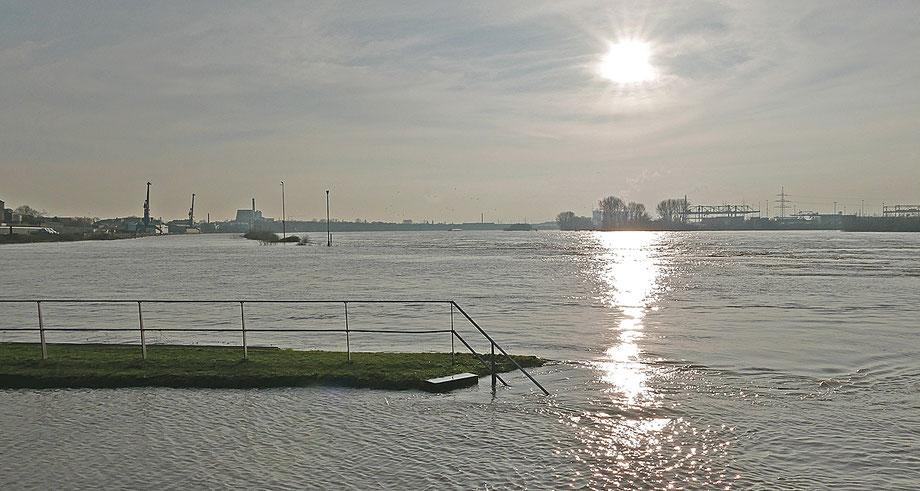 Rheinhochwasser Januar 2018, Blick in Richtung Süden, linke Bildseite Einfahrt Südhafen mit der fast komplett überfluteten Mole, Aufnahme-Datum: 08.01.2018