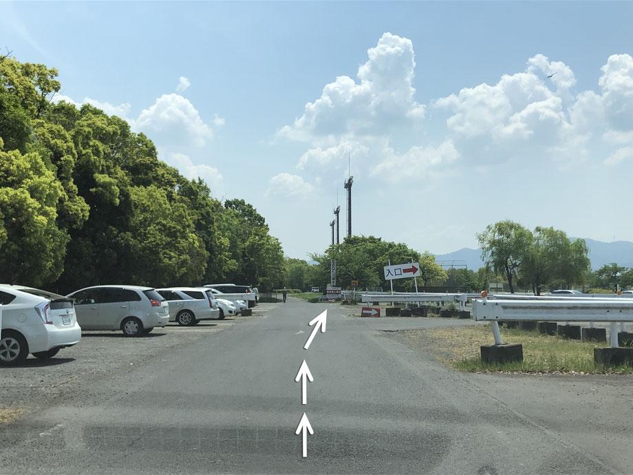 この駐車場の順路通り奥に進み、右手に入口の看板があるので、看板を右折します