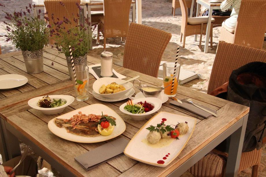Salat, Königsberger Klopse, Nordseescholle mit Krabben, kein Dessert. Wir warten auf den Windbeutel im Café Preetz